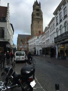 llegamos en moto a Brujas, al fondo la Catedral