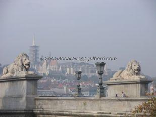 Puente Cadenas, al fondo Buda