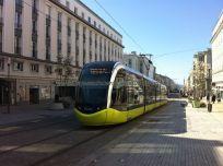 Rue de Siam, el tranvía atraviesa de oeste a este Brest, facilitando la movilidad de turistas y residentes