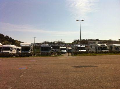 área de autocaravanas de Erquy, junto al mar, amplia y bien equipada