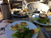 noix de Saint Jacques et huîtres -famosas en Erquy-, con chardonnay, en un encantador lugar; hay que cuidarse....