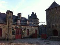 placeta del pueblo, junto a la entrada del Castillo