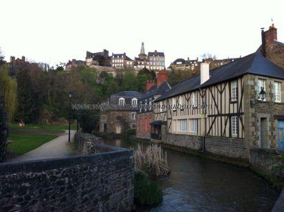 barrio antiguo circundado por el riachuelo del Castillo; arriba la ciudad nueva, con el beffroi en el centro