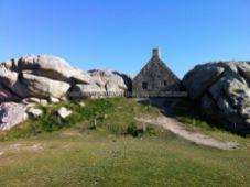 encastrada entre rocas, con la puerta de acceso al otro lado