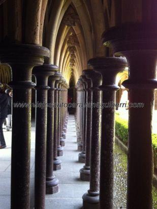 doble columnata, alternada no pareada, en el claustro