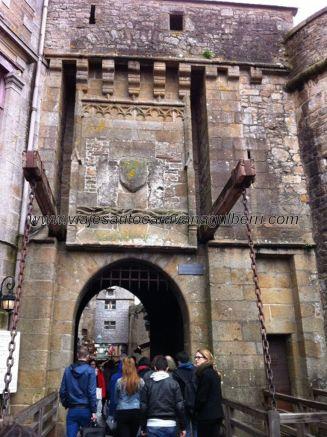 puerta levadiza de acceso al recinto fortificado