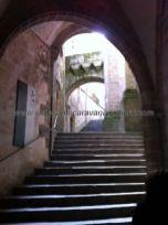seguimos subiendo escaleras; arriba, pegadas a la pared, hay sillas pétreas para reposar