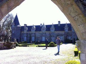castillo y jardín con pozo