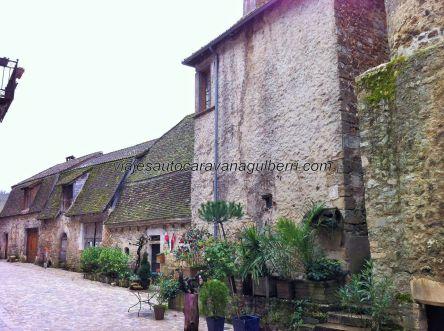 casitas medievales dentro del recinto fortificado