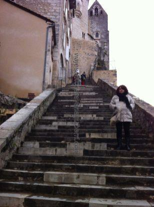 la famosa escalinata, de 216 peldaños, por donde han subido reyes, delfines (mamíferos no marinos), y personalidades de fama mundial, se supone que todos de rodillas; nosotros también, pero erguidos