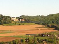vista del Castillo de Marqueyssac, que cuenta con extraordinarios jardines suspendidos, desde el Castillo de Beynac