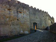 acceso principal al castillo; desde el patio de entrada, a la derecha, por donde accedían los caballeros, a caballo, al patio de armas; su puerta abierta invita a entrar
