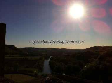 atardecer de la ribera nordeste del Dordogne, desde el corredor de guardia sobre el patio de armas