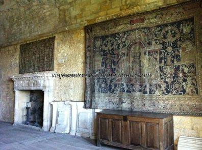 tapiz y chimenea en el salón principal
