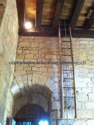 escalera manual de subida a la habitación privada de la familia feudal, junto al salón principal, que se retiraba con la cuerda una vez estaban dentro de ella; por aquel entonces, seguridad era equivalente a vida