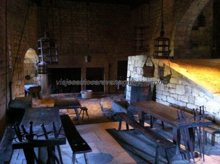 vista general de la cocina: al fondo los fogones y, sobre ellos, los ganchos para colgar la carne