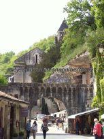 arco de acceso al conjunto benedictino desde el otro lado; a la derecha, las tiendas bajo la roca