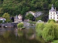 vista general del canal: puente peatonal, molino, cueva, jardines y abadía