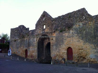 puerta de acceso desde el interior de la bastida, con las entradas a cada una de las torres prisión