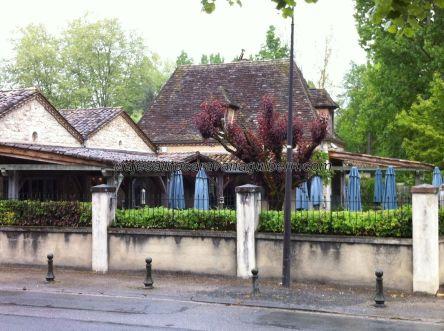 agradable restaurante con terraza a la entrada del pueblo, cerca del adecuado parking de acogimiento