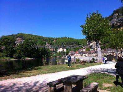 vista general del pueblo desde la zona de descanso y picnic entre el párking y el río