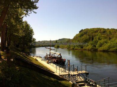 gabarra en el embarcadero, a la espera de turistas que surquen el río