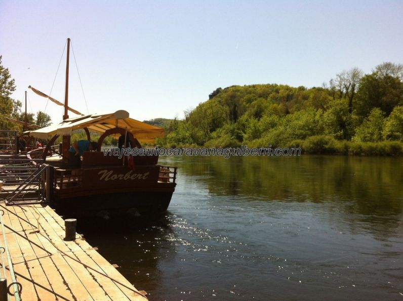 gabarra con toldo en la que hicimos el encantador recorrido por el río Dordogne