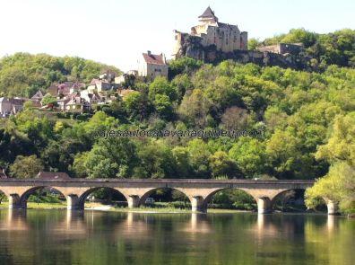 una vista más cercana, con los arcos del puente en primer término
