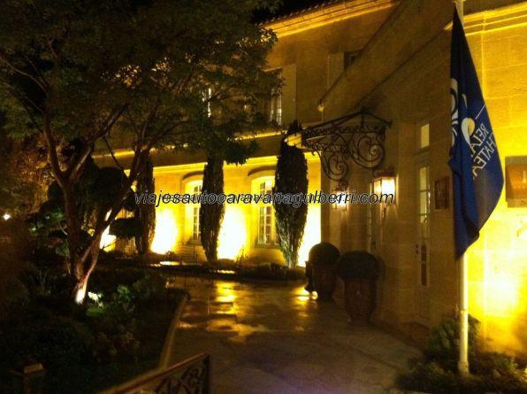 vista nocturna de la Hostellerie de Plaisance; con ambas imágenes, diurna y nocturna, tenemos el todo perfecto