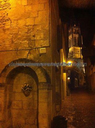 pasear despacio por la noche en Saint Emilion es muy placentero, y barato