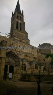 Iglesia Rupestre, o monolítica, de Saint Emilion, en primer plano; al fondo la torre de la Colegiata