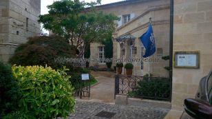 Hostellerie de Plaisance, de la cadena Le Relais Château, en la plaza sobre la iglesia rupestre, justo al lado de la torre de la Colegiata; buenas vistas y lujo 5* a rebosar