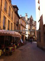 calleja típica medieval, al fondo la Casa de la Boitie, de la familia del ilustre Etienne de la Boitie, hoy lugar de exposiciones