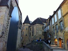 Place Boissarie al atardecer, con la iglesia reconvertida en mercado cubierto, a la izquierda, y con la Manoir de Gisson al fondo