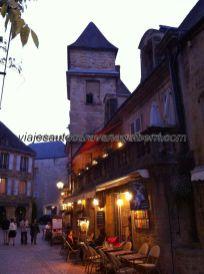 restaurante con terraza al atardecer, en la Rue Tourny, una de las entradas a la ciudad medieval; este restaurante, homónimo de la calle, tiene muy buena calificación en TripAdvisor