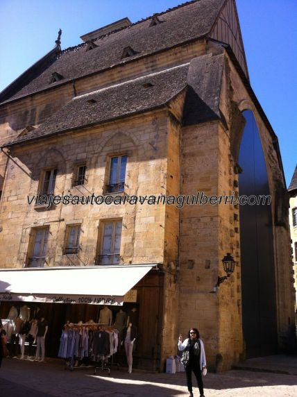 antigua iglesia reconvertida en mercado, tras la desafección religiosa, al fondo de la Place de la Liberté; los pendientes tejados, al igual que los de las casas señoriales, son de losas de piedra