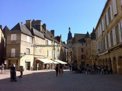 vista de la plaza desde el mercado, en la Place Boissarie