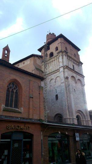 Torre de la Colegiata de Saint Salvy, de piedra y rematada en ladrillo rojo del Tarn