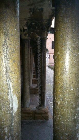 columnas pareadas en el claustro