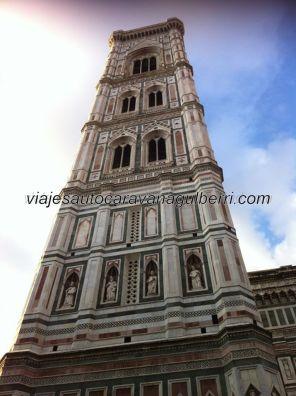 il Campanile, de Giotto, también recubierto como todo il Duomo, de mármol toscano, blanco, verde y rosa