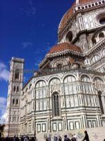 vista trasera, ábside, cúpula y campanile (separado como muchos campanarios en Italia)