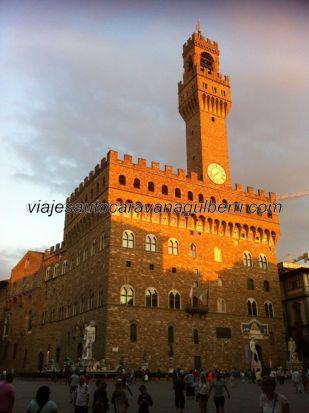 Palazzo Vecchio, con la Fontana de Neptuno y el David de Michellangelo, en la encantadora y acogedora Piazza della Signoria