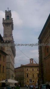 llegamos a la piazza principale, a la izquierda del Ayuntamiento, con su campanile; todo ello recuerda al Palazzo Vecchio de Firenze
