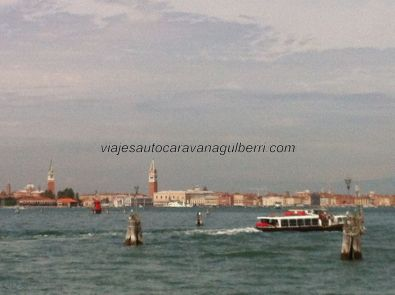 divisamos Venezia por primera vez, surcando la laguna con vaporetto