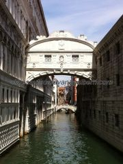 il Ponte dei Sospiri, pasadizo elevado entre il Palazzo Ducale y las prisiones estatales, piombi, donde los condenados aguardaban, suspirando, la ejecución de sus condenas