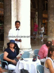 """por razones que desconozco, todos los camareros en las terrazas de Piazza San Marco son asiáticos, en justa correspondencia con el """"lujo asiático"""" que implica sentarse y pagar los precios que tienen"""