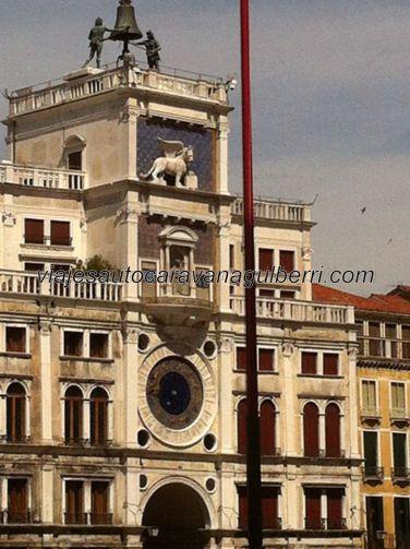 la Torre dell'Orologio, en un lateral de la Piazza San Marco, junto a la propia catedral, da acceso a la ciudad del pueblo veneziano, protegida por esta plaza donde se reúne el poder político, administrativo y religioso