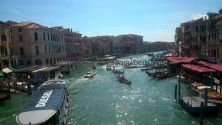 Gran Canal de Venezia, aunque podría ser perfectamente de Hong Kong o similar; menos mal que tenemos las góndolas