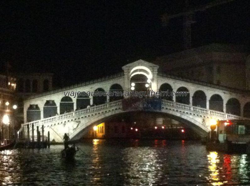 y de noche; el gondolero parece un fantasma sobre el canal (al igual que yo en medio del canal)