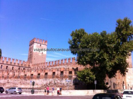 Il Castelvecchio, antigua fortaleza defensiva situada junto al, y sobre el, río Adigio; seguramente desde aquí se rechazó al malvado Barbarroja